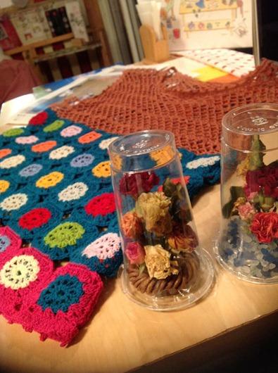 手編みのベストとプリザーブドフラワーをいただきました♪